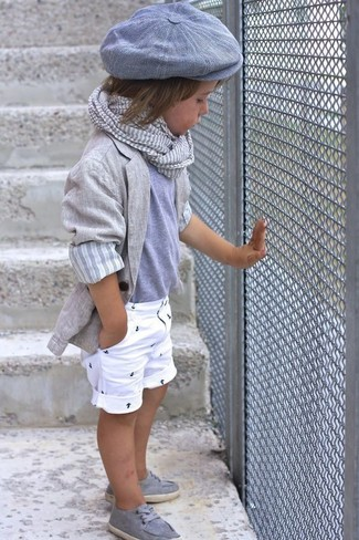 Come indossare e abbinare: blazer grigio, t-shirt grigia, pantaloncini bianchi, scarpe da barca grigie