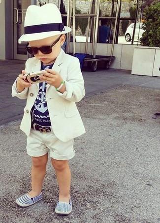 Come indossare e abbinare: blazer bianco, t-shirt blu scuro, pantaloncini bianchi, sneakers blu