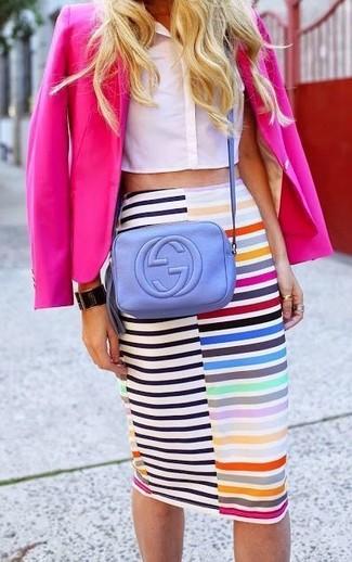 Come indossare e abbinare: blazer fucsia, top corto bianco, gonna a tubino a righe orizzontali multicolore, borsa a tracolla in pelle viola chiaro