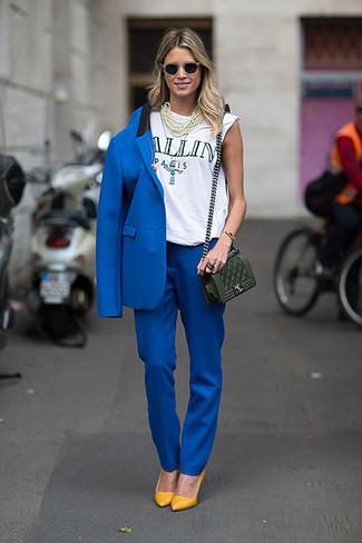 Per un outfit quotidiano pieno di carattere e personalità, potresti combinare un blazer blu con pantaloni eleganti blu. Completa questo look con décolleté in pelle senapi.