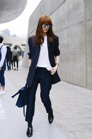 Come indossare e abbinare pantaloni eleganti a righe verticali blu scuro: Abbina un blazer a righe verticali blu scuro con pantaloni eleganti a righe verticali blu scuro per essere trendy e seducente. Perfeziona questo look con un paio di mocassini eleganti in pelle neri.