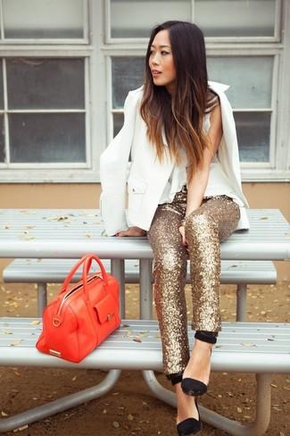 Come indossare: blazer bianco, top senza maniche di seta bianco, pantaloni skinny con paillettes dorati, décolleté in pelle scamosciata neri