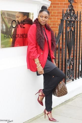 Come indossare e abbinare: blazer rosso, tunica grigio scuro, jeans neri, décolleté in pelle bordeaux