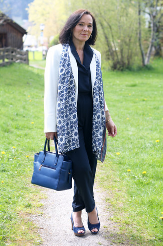 Come indossare e abbinare una sciarpa stampata blu scuro e bianca: Combina un blazer bianco con una sciarpa stampata blu scuro e bianca per un look spensierato e alla moda. Sandali con tacco di tela blu scuro sono una gradevolissima scelta per completare il look.