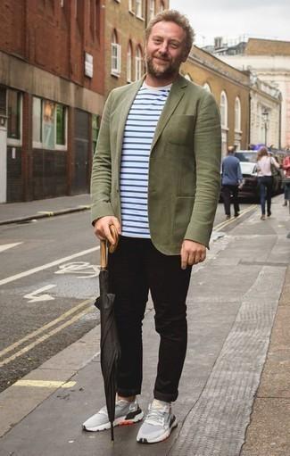 Moda uomo anni 40: Potresti indossare un blazer verde oliva e chino neri per creare un look smart casual. Per un look più rilassato, mettiti un paio di scarpe sportive grigie.