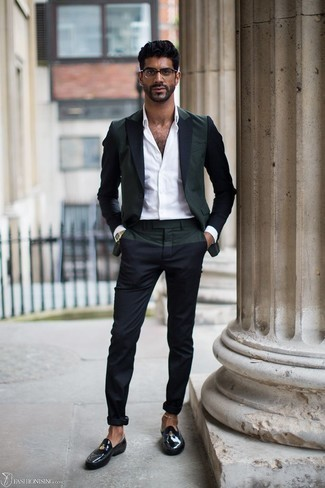 Moda uomo anni 30: Opta per un blazer verde scuro e chino blu scuro per un look da sfoggiare sul lavoro. Mettiti un paio di mocassini eleganti in pelle neri per dare un tocco classico al completo.