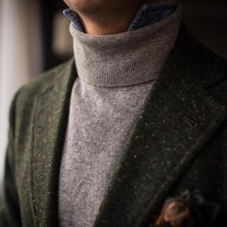Come indossare e abbinare: blazer di lana verde scuro, dolcevita grigio, camicia di jeans blu, fazzoletto da taschino stampato verde scuro