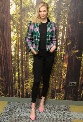 Come indossare: blazer scozzese verde, t-shirt girocollo nera, jeans aderenti neri, décolleté in pelle scamosciata rosa
