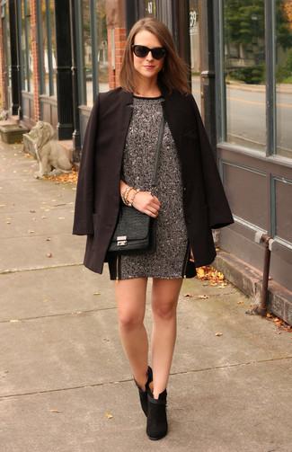 Come indossare e abbinare: blazer nero, vestito a trapezio di lana grigio scuro, stivaletti in pelle scamosciata neri, borsa a tracolla in pelle con stampa serpente nera
