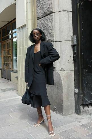 Trend da donna 2020: Scegli un outfit composto da un blazer nero e un vestito a tubino con volant nero per un look spensierato e alla moda. Perfeziona questo look con un paio di sandali con tacco in pelle dorati.