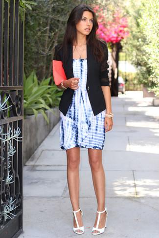 Come indossare e abbinare: blazer nero, vestito a tubino effetto tie-dye blu, sandali con tacco in pelle bianchi, pochette in pelle fucsia