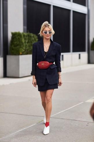 Come indossare: blazer nero, vestito canotta nero, décolleté in pelle bianchi, marsupio in pelle rosso