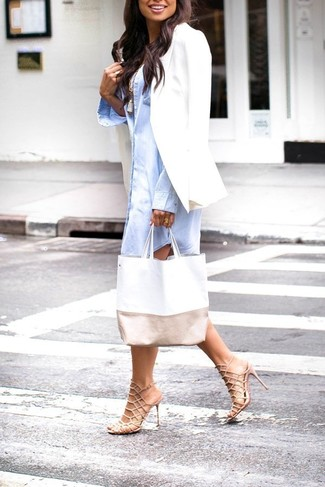 Come indossare: blazer bianco, vestito chemisier azzurro, canotta bianca, sandali con tacco in pelle beige