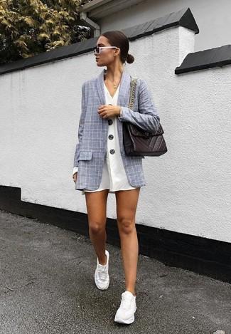 Come indossare: blazer a quadri grigio, vestito chemisier bianco, scarpe sportive bianche, cartella in pelle marrone scuro