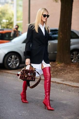 Come indossare: blazer nero, vestito chemisier bianco, stivali sopra il ginocchio in pelle rossi, borsa a tracolla in pelle scamosciata bordeaux