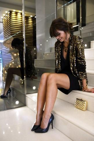 Abbina un blazer con paillettes dorato con un vestito da cocktail nero per un semplice tocco di eleganza. Décolleté in pelle neri doneranno eleganza a un look altrimenti semplice.