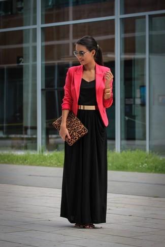 Come indossare e abbinare: blazer fucsia, vestito lungo nero, sandali piatti in pelle dorati, pochette in pelle scamosciata leopardata marrone