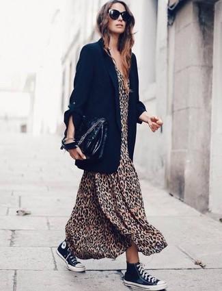 Come indossare e abbinare un blazer nero: Scegli un outfit composto da un blazer nero e un vestito lungo leopardato marrone chiaro e sarai un vero sballo. Per distinguerti dagli altri, indossa un paio di sneakers alte di tela nere e bianche.