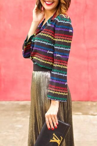 Come indossare: blusa abbottonata a righe orizzontali multicolore, gonna longuette a pieghe dorata, pochette in pelle nera