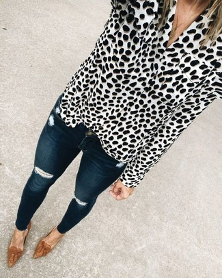 Come indossare: blusa abbottonata leopardata bianca e nera, jeans aderenti strappati blu scuro, mocassini con nappine in pelle marroni, collana con ciondolo dorata