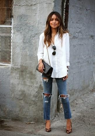 Questo abbinamento di una blusa abbottonata bianca e jeans aderenti strappati blu attira l'attenzione per le ragioni giuste. Un paio di décolleté in pelle leopardati marrone chiaro darà un tocco di forza e virilità a ogni completo.