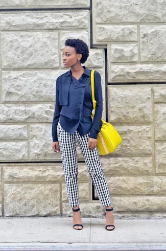 Come indossare e abbinare: blusa abbottonata blu scuro, pantaloni eleganti a quadretti bianchi e neri, sandali con tacco in pelle blu scuro, cartella in pelle gialla