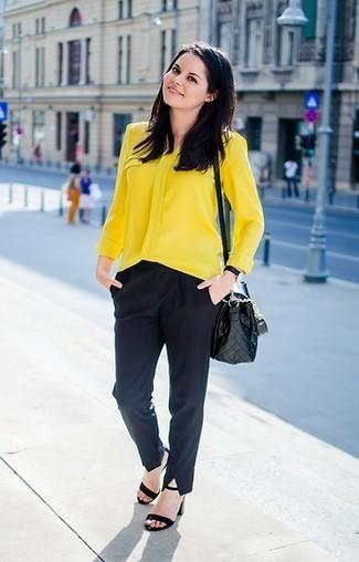 Come indossare: blusa abbottonata gialla, pantaloni eleganti neri, sandali con tacco in pelle scamosciata neri, borsa a tracolla in pelle trapuntata nera
