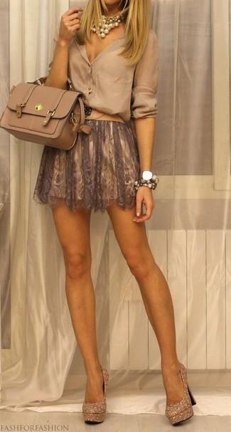 Come indossare e abbinare: blusa abbottonata beige, gonna a pieghe di pizzo marrone, décolleté con paillettes decorati dorati, cartella in pelle beige