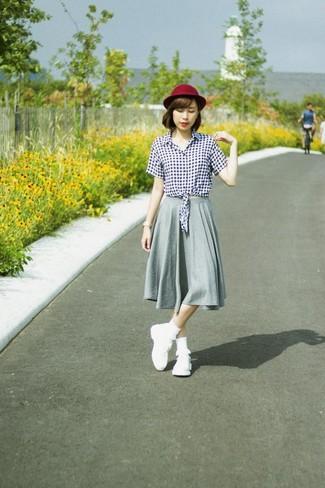 Come indossare: blusa abbottonata a quadretti bianca e nera, gonna longuette a pieghe grigia, scarpe sportive bianche, borsalino di lana bordeaux