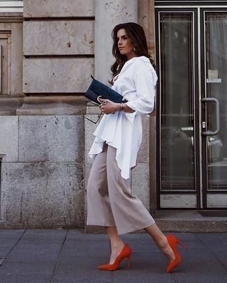 Come indossare: blusa abbottonata bianca, gonna pantalone beige, décolleté in pelle scamosciata rossi, pochette in pelle scamosciata nera