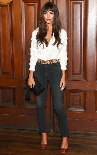 Come indossare: blusa abbottonata bianca, jeans aderenti neri, décolleté di raso decorati rossi, pochette in pelle con frange nera