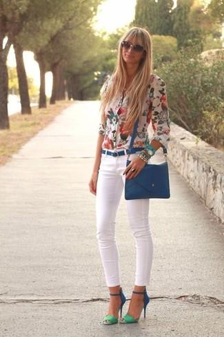 Come indossare: blusa abbottonata a fiori bianca, jeans aderenti bianchi, sandali con tacco in pelle scamosciata blu, borsa a tracolla in pelle blu