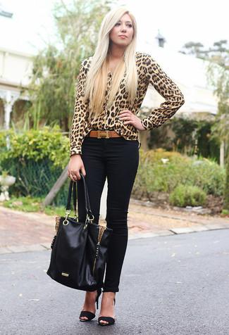 Come indossare: blusa abbottonata leopardata marrone chiaro, jeans aderenti neri, sandali con tacco in pelle scamosciata neri, borsa shopping in pelle nera