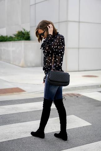 Come indossare: blusa abbottonata a pois nera e bianca, jeans aderenti blu scuro, stivali sopra il ginocchio in pelle scamosciata neri, borsa a tracolla in pelle trapuntata nera
