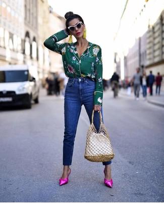Come indossare e abbinare jeans blu: Mostra il tuo stile in una blusa abbottonata a fiori verde scuro con jeans blu per un pranzo domenicale con gli amici. Scegli un paio di sabot di raso fucsia come calzature per dare un tocco classico al completo.