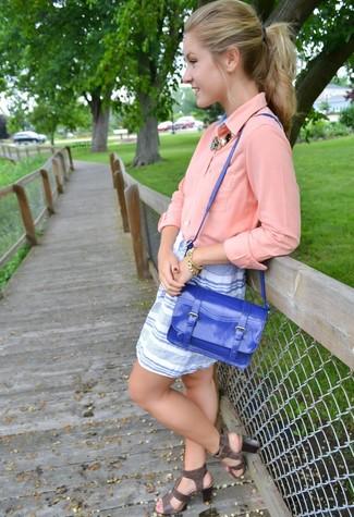 Come indossare: blusa abbottonata rosa, minigonna a righe orizzontali bianca e blu, sandali gladiatore in pelle grigio scuro, cartella in pelle blu