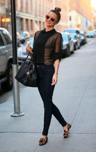 Blusa abbottonata nera jeans aderenti blu scuro mocassini con nappine marroni large 999
