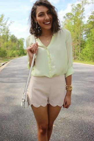 Come indossare: blusa abbottonata di chiffon gialla, pantaloncini di seta beige, borsa a tracolla in pelle bianca, orologio dorato