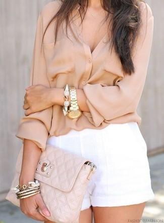 Come indossare: blusa abbottonata beige, pantaloncini di lino bianchi, pochette in pelle trapuntata beige, bracciale dorato