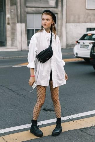 Vestiti con una blusa abbottonata bianca e un berretto nero di Eugenia Kim per un drink dopo il lavoro. Perché non aggiungere un paio di stivaletti stringati eleganti in pelle pesanti neri per un tocco più rilassato?