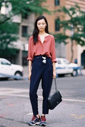 Come indossare: blusa abbottonata rossa, pantaloni eleganti blu scuro, scarpe sportive blu scuro, cartella in pelle trapuntata nera