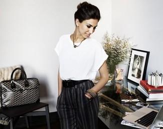 Camicetta a maniche corte bianca pantaloni eleganti grigio scuro borsa shopping nera e bianca large 2608