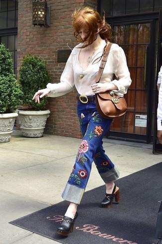 Come indossare: camicetta estiva bianca, jeans ricamati blu, sabot in pelle neri, borsa a tracolla in pelle marrone
