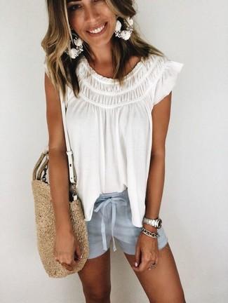 Come indossare: camicetta estiva bianca, pantaloncini azzurri, borsa shopping di paglia marrone chiaro, bracciale argento