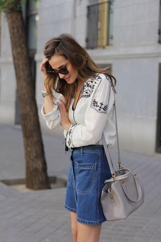 Come indossare: camicetta estiva ricamata bianca e nera, gonna con bottoni di jeans blu, borsa a tracolla in pelle grigia