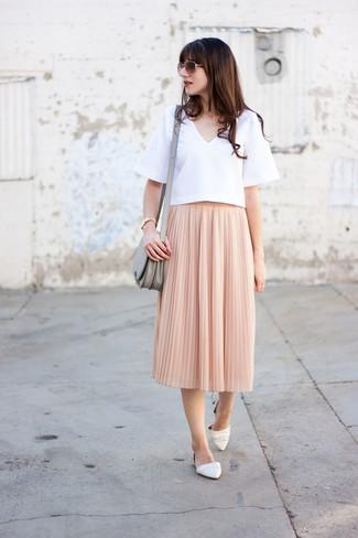 Come indossare e abbinare: camicetta manica corta bianca, gonna longuette a pieghe rosa, ballerine in pelle bianche, borsa a tracolla in pelle grigia
