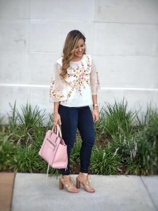 Come indossare e abbinare: camicetta manica corta ricamata bianca, jeans aderenti blu scuro, sandali con tacco in pelle scamosciata marrone chiaro, borsa shopping in pelle rosa