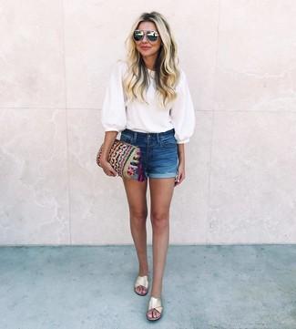 Come indossare e abbinare: camicetta manica corta bianca, pantaloncini di jeans blu scuro, sandali piatti in pelle dorati, pochette lavorata a maglia multicolore