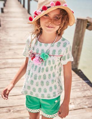 Come indossare: camicetta manica corta bianca, pantaloncini verdi, borsalino di paglia beige