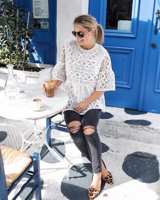 Come indossare: camicetta manica corta di pizzo bianca, jeans aderenti strappati grigio scuro, ballerine in pelle scamosciata leopardate marrone chiaro